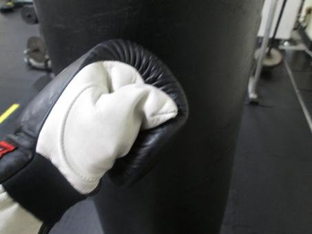 屋内で 手 男 サンドバック ボクシング ボクサー 減量 ダイエット 格闘技