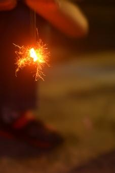 オレンジ 思い出 夏 きれい 小さい 夜 花火 火花 線香花火