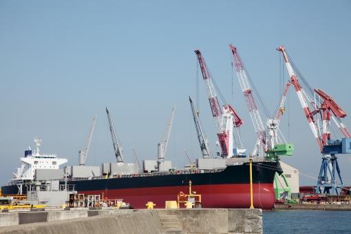 船 船舶 積荷 荷揚げ 積む 降ろす 積み上げる 積み込む 吊る 貨物船 タンカー 大型タンカー 大型貨物船 クレーン 巨大 巨大タンカー 陸揚げ 荷物 輸送 運送 貿易 交易 輸出 輸入 輸出入 運搬 運ぶ 船荷 積載 海運 海上輸送 港 港湾 取引き 積み下ろす 積み降ろす 埠頭 岸壁 ワイヤー フック 空 青空 アップ 産業 工業 機械 穀物 物流 物資 作業 ドック 造船所 無人 人物なし 屋外 日本
