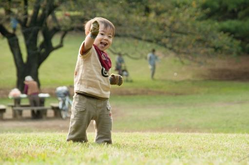 母子 親 おや 母 マザー 子 赤ん坊 乳児 幼児 ベイビー だっこ 絆 触れ合い 赤ちゃん 抱っこ ベビー 抱く うれしい 屋外 外 野外 お散歩 外出 お出かけ 公園デビュー かわいい あどけない 幼い ふれあい スキンシップ 公園 座る 自然 男 男性 人物 ファミリー パパ ママ お父さん お母さん 父親 母親 親子 家族 団欒 団らん 遊ぶ 息子 男の子 リラックス 休日 おもちゃ 若い 日本人 お花 花 子ども 子供 こども 笑う 楽しい 笑顔 黄色 秋 ススキ 紅葉 10月 11月 0歳 ハイハイ ボケ 光が丘公園 ポストカード イメージ 逆光 清々しい 優しい 午後 温かい 暖かい 育児 学童 学資 保険 守る 保育 歩く 歩く練習 よちよち よちよち歩き たっち 写真 フォト