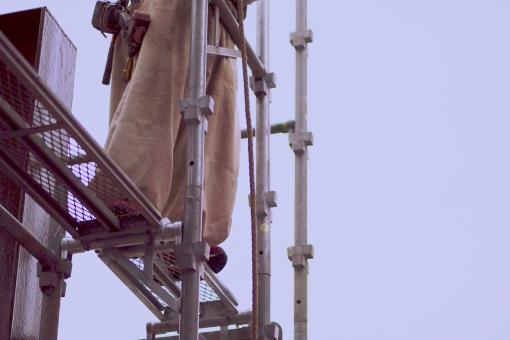 建設 建築 工事現場 仮設 足場 危ない 危険 作業服 作業着 作業員 人物 男性 リフォーム メンテナンス 仕事 マンション ビル 補修工事 改築 耐震 塗装 外装 鉄パイプ 作業床 不動産 事故防止 転落事故 安全 屋外 コピースペース