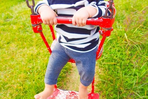 ブランコ 公園 パーク 赤ちゃん ベビー 子供 男の子 子供用 アクティブ アトラクション 遊具 漕ぐ 捕まる 掴む 座る 握る 手 裸足 草むら 芝生 赤 遊ぶ はしゃぐ 楽しい 笑う 笑顔