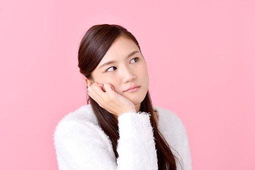 人物 女性 日本人 若者 若い  20代 美人 かわいい ロングヘア カジュアル  ラフ 私服 セーター ニット 屋内  スタジオ撮影 背景 ピンク ピンクバック ポーズ  おすすめ 上半身 考える 考え事 ぼんやり 頬杖 mdjf007