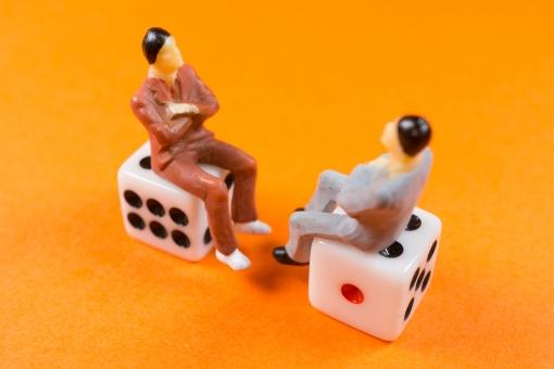サイコロに座って会話する男性の写真