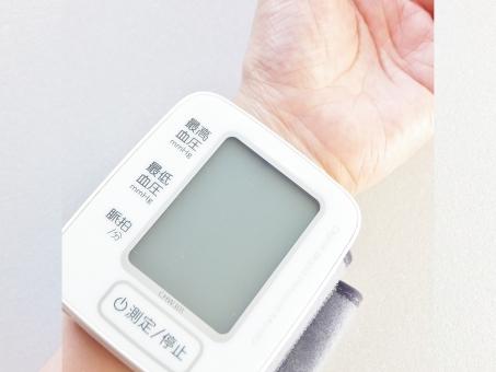 血圧計 電子血圧計 健康 ヘルスケア 健康管理 予防 高血圧 低血圧 習慣 生活習慣病 病気 治療 医療器具 計測 計る 測る デジタル 手首式血圧計 手首 手首血圧計 血圧 脈 脈拍 最高血圧 最低血圧 妊娠中毒症 脳梗塞 心筋梗塞 疾病 規則正しい生活