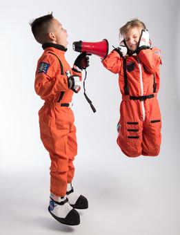 グレーバック 背景 グレー 子ども こども 子供 2人 ふたり 二人 男 男児 男の子 女 女児 女の子 児童 宇宙服 宇宙 服 スペース スペースシャトル 宇宙飛行士 飛行士 オレンジ 希望 夢 将来 未来 体験 職業体験 職業 小道具 小物 うるさい 煩い 五月蠅い 拡声器 マイク ハンドマイク 叫ぶ 大音量 ボリューム ジャンプ 全身 外国人  mdmk009 mdfk045