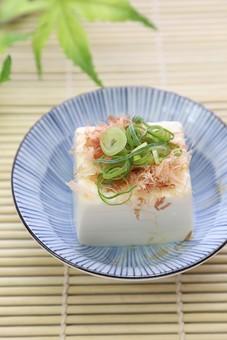 食材 食べ物 夏 アップ 室内 食事 和食 豆 豆類 皿 食卓 スダレ すだれ 豆腐 大豆 冷や奴 鰹節 葱 ねぎ ネギ ヘルシー ローカロリー カロリー 栄養 柔らかい 白 冷たい