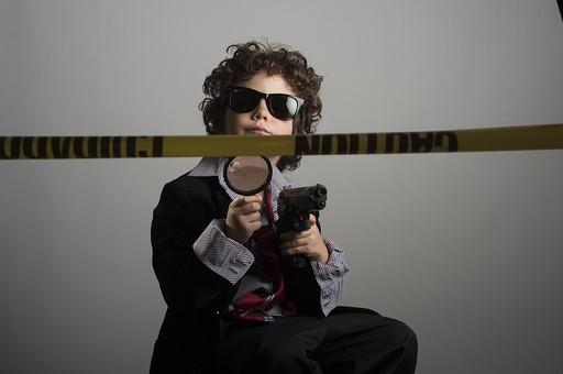 外国人 外人 白人 男性 男 男の子 子供 子ども 幼児 パーマ 天然 幼稚園 小学生 Yシャツ ワイシャツ 青 白 チェック 柄 ネクタイ 赤 ファッション お洒落  洋服 サイズ 大きい ダボダボ サングラス メガネ 黒いサングラス 虫眼鏡 拡大 アップ 黄色 テープ 刑事 探偵 現場 事件 事件現場 警察 警察官 ピストル 銃 拳銃 弾 銃弾 発砲 調べる 調査  mdmk011