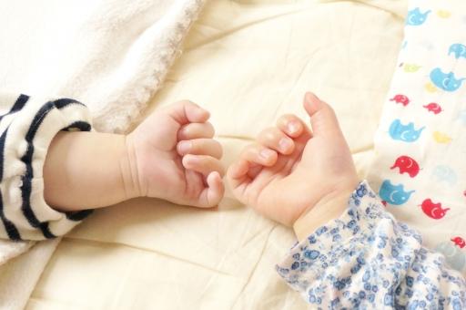 赤ちゃん あかちゃん ベビー 新生児 乳児 乳幼児 手 指 ゆび 小さい 幼い 色白 可愛い かわいい 愛らしい 明るい 穏やか 癒し 癒される 柔らかい お昼寝 昼寝 仲良し なかよし 友達 お友達