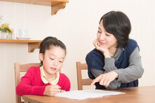 人物 日本人 家族 ファミリー 親子  母子 お母さん おかあさん ママ 子供  こども 娘 女の子 小学生 勉強  学習 教育 宿題 家庭学習 部屋  リビング テーブル 見守る 教える 指導 コミュニケーション 指摘する 指さす  mdjf017 mdfk014