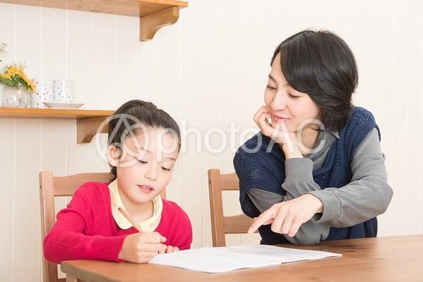 娘の勉強を見るお母さん20の写真