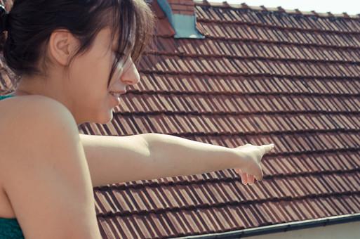 外国 海外 屋内 屋外 人物 1人 外国人 白人 セルビア人 大人 若い 女性 女 女の子 胸から上 ブルネット 黒髪 セミロング まとめ髪 ひっつめ髪 無造作ヘア 二の腕 肘 ひじ 空 陽射 ベランダ バルコニー 屋根 屋根材 微笑み 微笑 笑顔 笑う 満面の笑み アップ mdff021