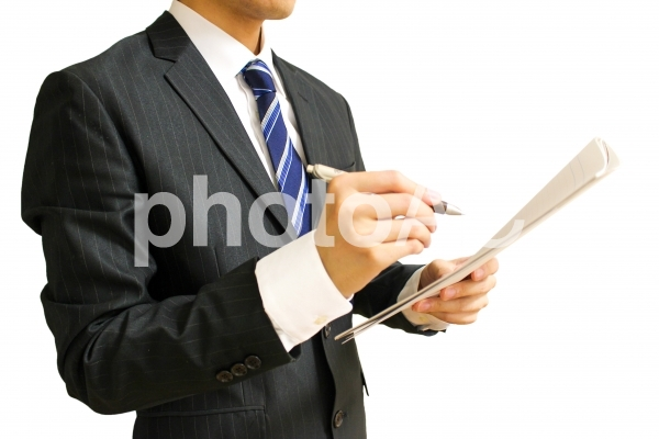 メモを取るビジネスマン2 白背景の写真