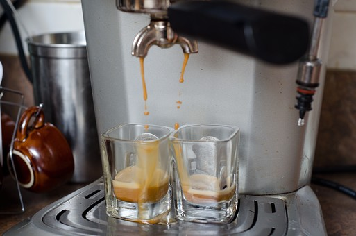 屋内 室内 cafe カフェ 喫茶店 お店 店内 飲食 飲み物 ドリンク コーヒー 珈琲 エスプレッソ 器具 設備 機械 マシーン エスプレッソマシン 注ぎ口 グラス コップ 2個 泡 業務用 注ぐ 抽出 厨房 アップ