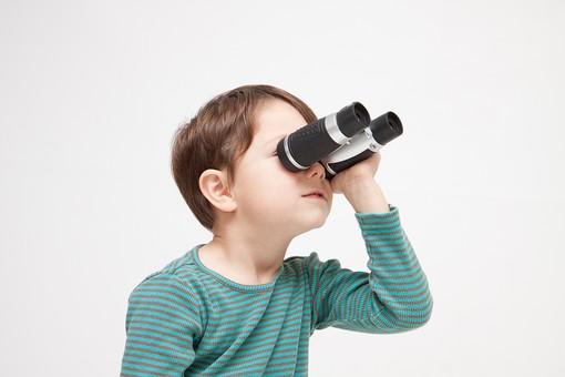 人物 こども 子ども 子供 男の子  少年 幼児 外国人 外人 かわいい  無邪気 あどけない 屋内 スタジオ撮影 白バック  白背景 ポートレート ポーズ 表情 Tシャツ  カジュアル 上半身 双眼鏡 覗く 見る 発見 観察 横 キッズモデル mdmk010