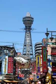 関西 大阪 新世界 通天閣 建物 建築 建築物 施設 観光 観光地 旅行 見物 商売 グルメ 料理 レストラン にぎやか シンボル 高い そびえる 密集 空 青空 晴天 晴れ 景観 縦位置 縦
