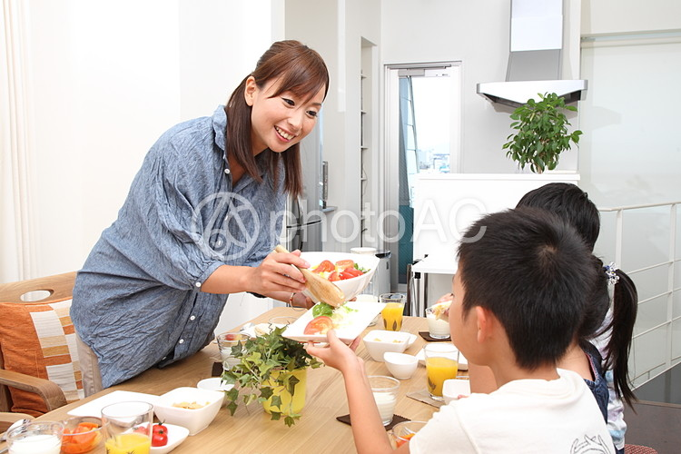 食事をする家族7の写真