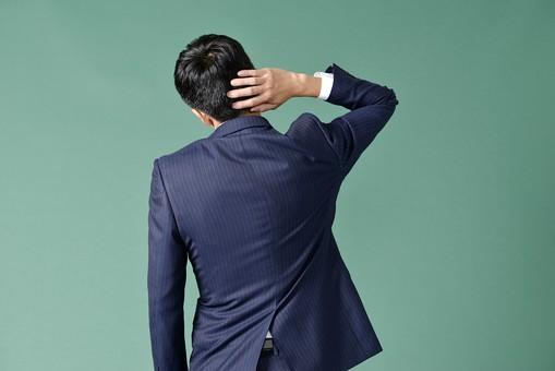 ビジネスマン スーツ グリーンバック 緑 黒板 男 男性 日本人 頭をかく 失敗 参った サラリーマン 後ろ姿 黒髪 短髪 頭 背中 右手 仕事 考える 中心 先生 授業 ストライプ 学校 30代 大人 メンズ mdjm001