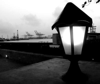 白黒 モノクロ 重機 工事 工事現場 ドック 造船場 街灯 電灯 照明 照明器具 電気 明り 景色 風景 海 うみ 町並み 街並 自然 雲 葉 葉っぱ 植物 キリン