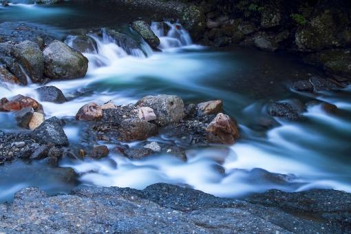 河川 川 自然 風景 日本 水 山 環境 森 清流 イメージ 自然 水峡 河 渓谷 流れ 岩 石 白濁 霧 屋外 暗い 夜 夕方 曇り