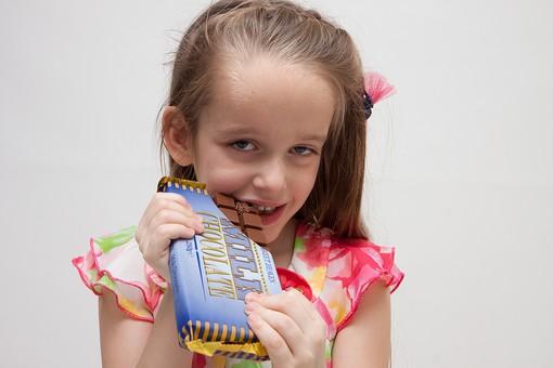 人物 こども 子供 女の子 少女  外国人 外人 キッズモデル あどけない かわいい   屋内 スタジオ撮影 白バック 白背景 長髪  ロングヘア ポートレイト ポートレート 表情 ポーズ 食べ物 お菓子 おやつ チョコ チョコレート 食べる 齧る 上半身 板チョコ mdfk016