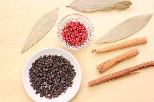 スパイス 調味料 香辛料 香料 食べ物 食材 乾燥   ピンクペッパー ペッパー ブラックペッパー シナモン シナモンスティック 月桂樹 ローリエ テーブル