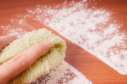 クリーナー 汚れ 木目 床 テーブル 机 屋内  掃除 洗剤 洗う 家庭 清潔 綺麗 きれい 家事 濯ぐ 衛生 労働 クローズアップ タオル 布 雑巾 黄緑 片手 掴む 握る 擦る 拭き取り 粉 白 クレンザー 拭く 拭き掃除