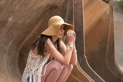 外国人 女性 モデル ファッション ポーズ レディース 茶髪 ロングヘアー ハット 帽子 エレガント  白 ホワイト ベージュ アースカラー ブレスレット 腕輪 指輪 リング カーディガン 編み メッシュ フリンジ ボヘミアン  ショートパンツ ショーパン デニム しゃがむ mdff086