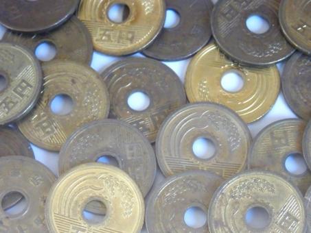 硬貨 5円 散らばる ゴールド 古い 日本の小銭 日本円 おつり コイン 金 5円玉 5円だま 小銭 ご縁 賽銭 お賽銭 イエロー 金 黄銅 背景白 切り取り 切り抜き コイン素材 硬貨素材 コイン背景 硬貨背景 5円背景 ビジネス ごえん 日本硬貨