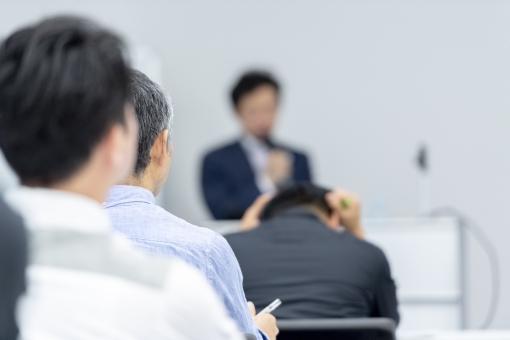 セミナーを聴く男性の写真
