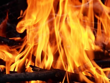 火 炎 熱い 明るい 燃える 炎上 火災 燃焼 ファイヤー キャンプ バーベキュー 飯盒炊飯 かまど たき火 薪 マキ 炭