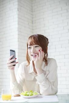 人物 女性 日本人 若い 20代  ブラウス シャツ カジュアル モデル かわいい   キュート ポーズ おすすめ 屋内 室内  部屋 朝 ライフスタイル 携帯 スマホ スマートフォン メール チェック 見る 食事 朝食 休日 出勤前 明るい 笑顔 笑う mdjf005