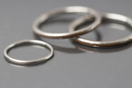 指輪 リング アクセサリー アクセ 装飾品 おしゃれ 女性 レディース 男性 メンズ ユニセックス シルバー シルバーリング 貴金属 デザイン シンプル ファッションリング 接写 クローズアップ アップ 3つ 3個 細い 重ねる 立て掛ける 無造作 乱雑 男 女