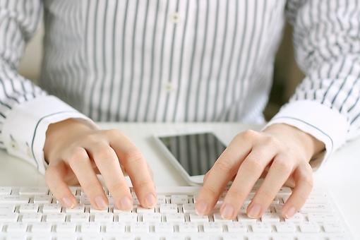 女性 人物 人 手 ビジネス パソコン pc スマホ インターネット ネット 仕事 オフィス 会社 OL メール sns Facebook LINE Twitter twitter facebook 情報 ビジネスマン キーボード ビジネス小物 日本人