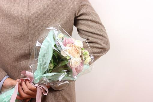 花 植物 薔薇 ばら バラ 綺麗 美しい 切花 切り花 花びら 花束 フラワーアレンジメント プレゼント ギフト 男性 手 持つ 渡す 後ろ ホワイトデー  サプライズ プロポーズ 告白 愛