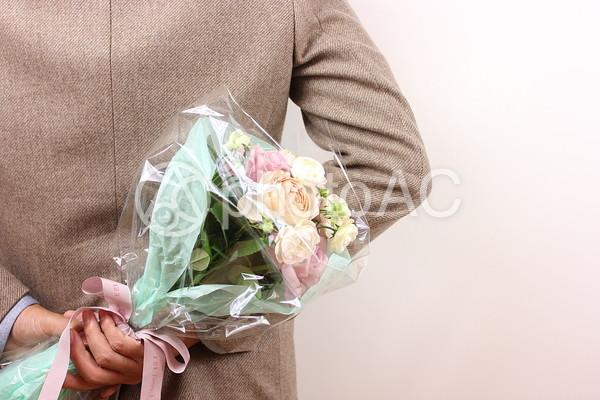 花束をもつ男性2の写真