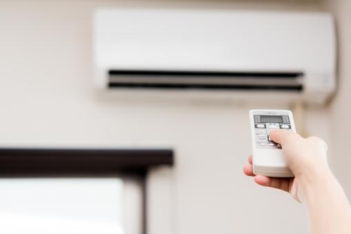エアコン リモコン 暑い 夏 汗 湿度 温度 部屋 ルーム 手 女性 窓 リビング 涼しい サマー 電化製品 電気代 コスト 省エネ 節約 熱中症 真夏日 エコロジー