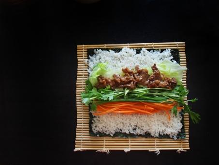 巻き寿司 まきずし 巻きすし 巻きスシ 寿司 ノリ 焼肉ロール 焼肉 酢飯 すめし のり 海苔 巻き簾 まきす sushiroll yakiniku sushi japanesefood サラダセロリ 料理 手料理