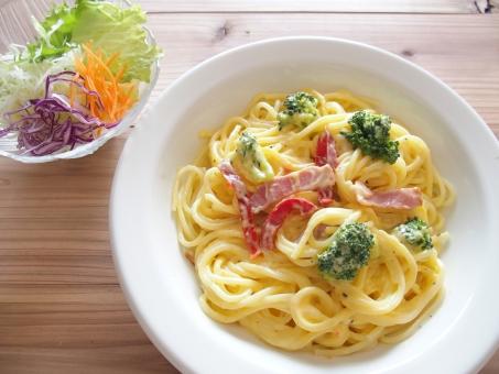 カルボナーラ スパゲティ パスタ 野菜 ブロッコリー 麺類 イタリアン 食べ物 クリーム系 洋食 木目 ランチ ベーコン カフェ 軽食
