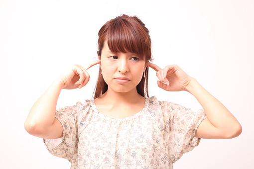 人 人間 人物 人物写真 ポートレート ポートレイト 女性 女 女の人 若い女性 女子 レディー 日本人 茶髪 ブラウンヘア セミロングヘア  白色 白背景 白バック ホワイトバック  手 指 ポーズ 耳を塞ぐ 指を入れる 指を突っ込む 横目 不満 苦手 mdfj012