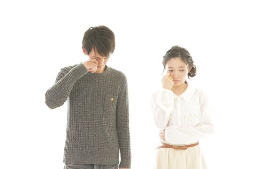 人物 男性 男子 女性 女子 若い デート カップル アベック 夫婦 新婚 白バック 白背景 部屋 室内 日常 生活 悲しい 切ない 悲しみ 落胆 落ち込む 悲壮 辛い 涙 泣く 日本人 mdjm008 mdjf026