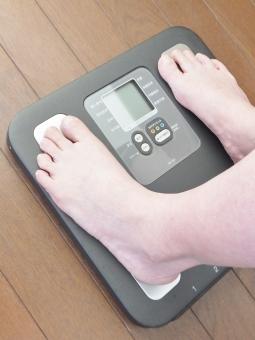 女性 人物 足元 体重計 デジタル体重計 ヘルスメーター 測る 計る 計測 太った 産後太り ダイエット メタボリック症候群 メタボリックシンドローム 運動 減量 食事制限 健康維持 宣言 目標 隠れ肥満 ぽっちゃり体型 体型維持 病気予防 肥満防止 bmi 体重 悩み 悩む 重い 重量 太い ブヨブヨ ぜい肉 皮下脂肪 日課 中年太り 食べ過ぎ 不摂生 暴飲暴食 若返り メタボ