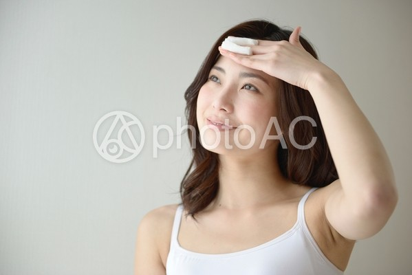 スキンケアをする女性12の写真