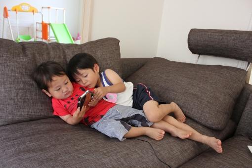 スマホ 携帯 スマートフォン 子供 幼児 ゲーム ソフト 遊び 仲良し 家族 育児 子育て 楽しい