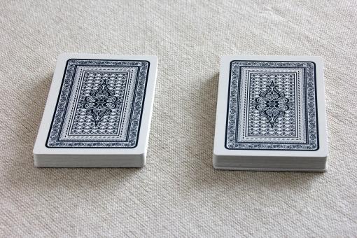 カード ゲーム とらんぷ 紙 山 トランプの山 カードの山 選択 選択肢 2つ 2つの山 二つ 二者択一 選ぶ どちらか 一方 天国か地獄 当たり ハズレ アタリ 外れ 勝つか負けるか 勝ち 負け 勝負 一か八か 運 幸運 決める 勝ち負け
