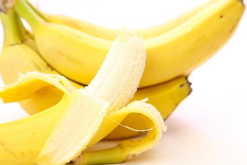 ばなな バナナ ビタミン 果物 果実 背景 白バック 食べ物 食べる フルーツ 健康 フレッシュ 新鮮 自然 ダイエット  食材  産業 農業 果樹園 黄色 剥く 甘い 南国 栄養 子供 離乳食