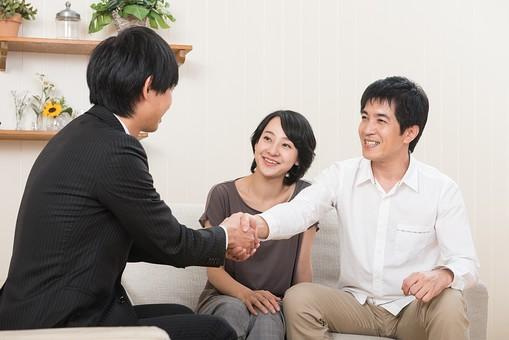 人物 日本人 夫婦 カップル 30代 自宅 家 屋内 室内 部屋 リビング 営業 営業マン 訪問営業 訪問販売 来客 契約 商談 取り引き 仕事 成立 握手 挨拶 あいさつ 笑顔  mdjf017 mdjm016 mdjm005
