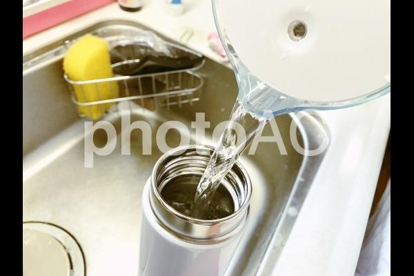 水筒に浄水したお水を入れるの写真
