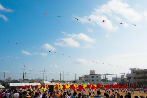 運動会 小学校 小学生 子供 子ども 児童 体育祭 体育着 体操着 旗頭 赤白帽 炎天下 青空 夏 真夏 父兄 応援 住民 声援 家族 友達 トモダチ クラスメイト ライバル 競争 晴天 生徒 赤い旗 黄色い旗 歓声