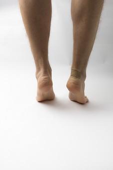足 脚 あし フット 裸足 素足 男性 男 男子 メンズ 20代 30代 足元  かかと 踵 フットケア ヘルスケア 白背景 スキンケア 肌 脱毛 すね毛 人物 両足 両脚 若い 若者 美容 おしゃれ お洒落 ファッション 足の指 つま先立ち アキレス腱 かかと 踵 足の裏